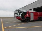 Panther, speciální vozidlo k hašení letadel, vyráží z garáže.