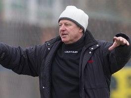 Verner Li�ka vede tr�nink fotbalist� bez anga�m�.