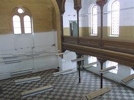 Tak vypadal vnit�ek synagogy v Krnov� p�ed jeden�cti lety. Zna�n� rozd�l...