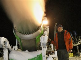 Petr Neumann obsluhuje sněžné dělo při nočním zasněžování sjezdovky v beskydské...