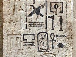 Detail nepravých dveří se stojící postavou majitele a jeho jménem (foto M....