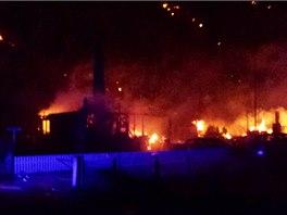 Ohrožené budovy se snaží zachránit hasiči z širokého okolí, kterým přišli na...