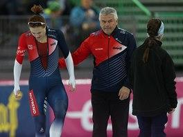 Karolína Erbanová a trenér Petr Novák po pádu rychlobruslařky na mistrovství