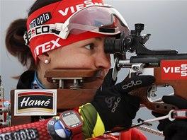 Veronika Vítková při střelbě během stíhacího závodu v Ruhpoldingu.