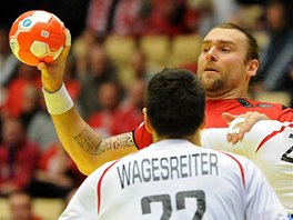 Pavel Horák se pokouší prosadit proti rakouské obraně.