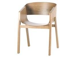 Pro židli Merano jsou typické dvě osově se křížící ohnuté překližky. Ty fungují