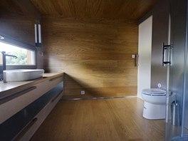 Také koupelna je obložena přírodním dubem a vybavena nábytkem na