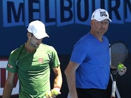 Novak Djokovič (vlevo) se svým koučem Borisem Beckerem při tréninku.