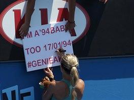 Eugeniie Bouchardová se podepisuje svým fanouškům.