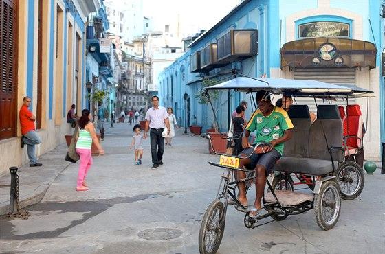 Na Kubě jezdí nejrůznější druhy taxi, od starých amerických bouráků až po...