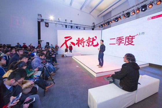 Pete Lau na tiskové konferenci společnosti OnePlus v Pekingu.