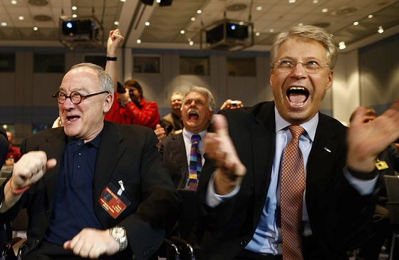 ��fov� se raduj�. �editel ESA Jean-Jacques Dordain (vlevo) a �editel ��d�c�ho...