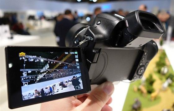 Samsung NX-3O0 má výklopný displej i hledáček. A hromadu chytrých funkcí včetně...