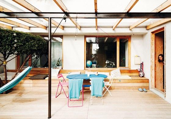 Předzahrádka je opatřena palubovkou a lavicemi z exotického dřeva iroko.