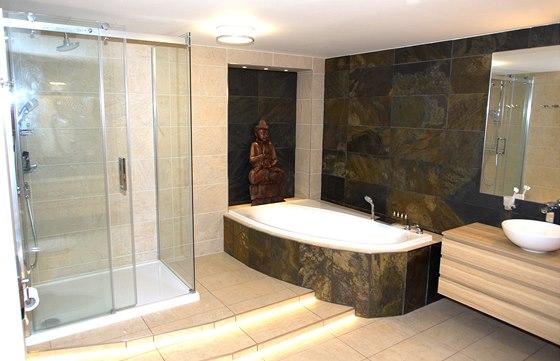 Velký sprchový kout byl kvůli odpadu umístěn na vyvýšený stupínek, LED pásky