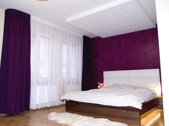 Ložnice - za postelí byl použit benátský štuk, ve stejné barvě jsou i závěsy.