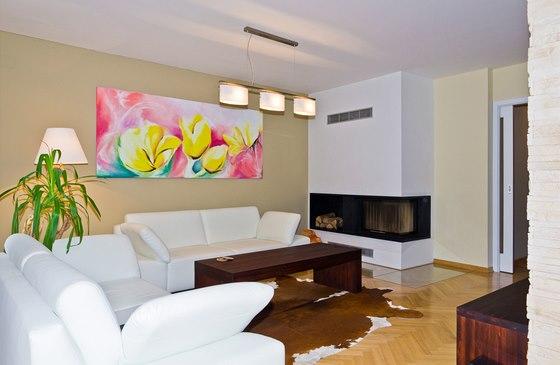 Stolový a skříňkový nábytek v obývacím pokoji je z masivu, proměnou prošel i