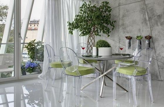 Polyuretanová litá stěrka příjemně kontrastuje s imitací betonu na stěnách.