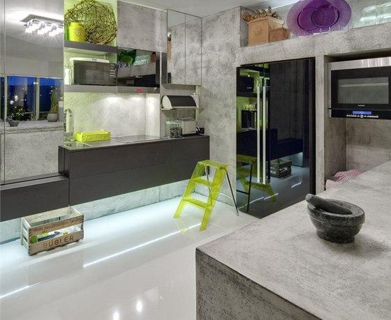 Stěny, povrch nábytku a kuchyňského ostrůvku kryje kvalitní imitace betonu