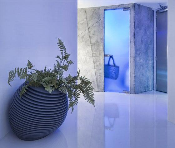 V předsíni designové květináče doplnily umělé květiny (výprodej IKEA) a lustr z