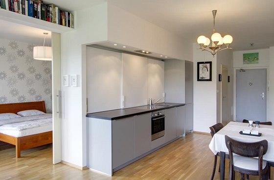 Posuvné dveře do ložnice šetří místo, posuvné desky u kuchyňské linky zase