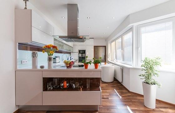 """Kuchyň je v dnes """"tradiční"""" bílé barvě."""