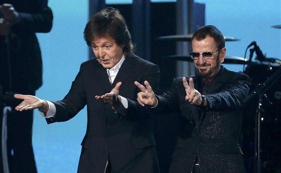 Paul McCartney a Ringo Starr po spole�n�m vystoupen�. (Grammy 2013)
