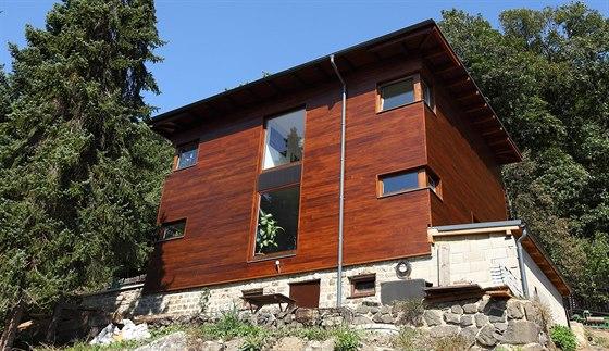 Dům s ocelovou nosnou konstrukcí stojí na zákládech původní chaty. Dubové...