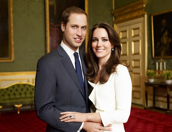 Oficiální snímek prince Williama a jeho snoubenky Kate Middletonové od...