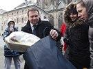 Marian Jure�ka p�ivezl Zemanovi lah�dky ze sv�ho kraje (22. ledna 2013)