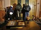 Protivládní demonstranti střeží budovu ministerstva spravedlnosti (26. ledna...