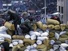 Stavba barikád na kyjevském Majdanu (26. ledna 2014)
