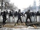 Ukrajinští těžkooděnci v ulicích Kyjeva (28. ledna 2014)