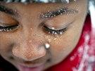 Zima maluje. Bílé vločky na tmavé kůži malého děvčátka ze Severní Karolíny (28....