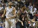 CO�E? LeBron James (vpravo) z Miami m� jin� n�zor ne� rozhod��. Vlevo je Tim