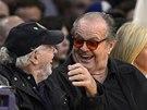 Herci  Bruce Dern (vlevo) a Jack Nicholson sledují utkání LA Lakers - Indiana.