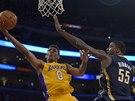 Nick Young z LA Lakers zakončuje přes blokujícího Roye Hibberta z Indiany.