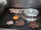 V první místnosti restaurace je možné pozorovat, jak celý burger vzniká.