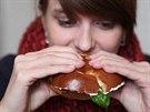 Burger se zásadně nejí příborem, ale rukama.