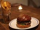 Burgery v Dish se připravují s vyzrálého prémiového masa.