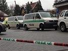 Policisté při zásahu v Roztokách u Prahy postřelili muže, který následně zemřel...