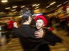 Na hlavním nádraží v Praze se za značného zájmu přihlížejících tančilo...