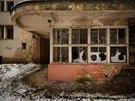 Ruiny bývalé infekční kliniky mezi obcemi Ovčáry a Kostelec n. Labem.