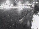 Podezřelý muž u bankomatu v Opatovské ulici, kde celkem vybral 280 tisíc korun