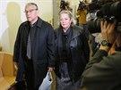 Rodi�e Marlise Ernest a Lynne odch�zej� od soudu (24. ledna)