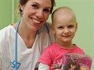 Terezka s dětskou onkoložkou Lucii Cingrošovou a svou novou panenkou