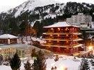 Kolem jezera stojí několik wellness hotelů.