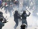 Demonstranti se s polici� v centru Kyjeva opakovan� st�et�vaj� od konce...