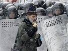 Pravoslavný kněz prochází kolem policejního kordonu ve středu Kyjeva. (22....
