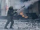 Demonstrant odpaluje rakety v centru Kyjeva. (23. ledna 2014)